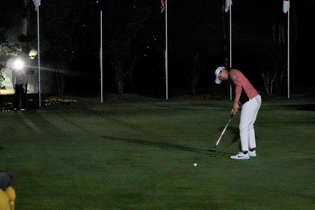 画像: すっかり暗くなったホールアウト後も、照明に照らされる中でパット練習に励んだ渋野
