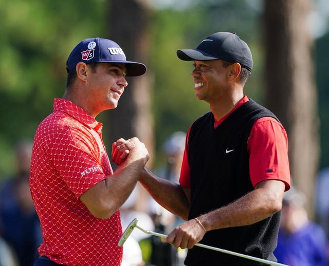 画像: 同組のウッドランドと握手を交わしたタイガー。ツアー史上最高最多勝利82勝の大記録を達成した