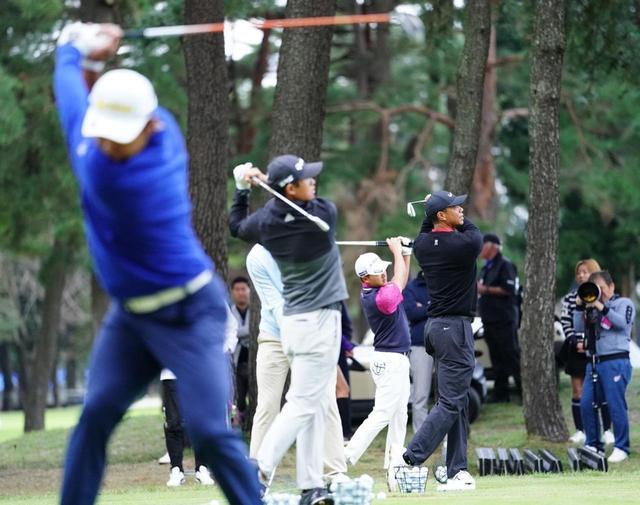 画像: 最終日となった月曜日、タイガー、松山らは早朝からドライビングレンジで練習