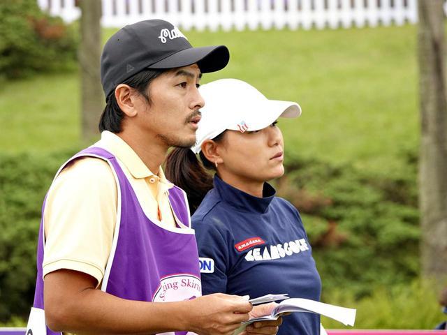 画像: キャディを務める夫、森川陽太郎氏とコースを確認している横峯