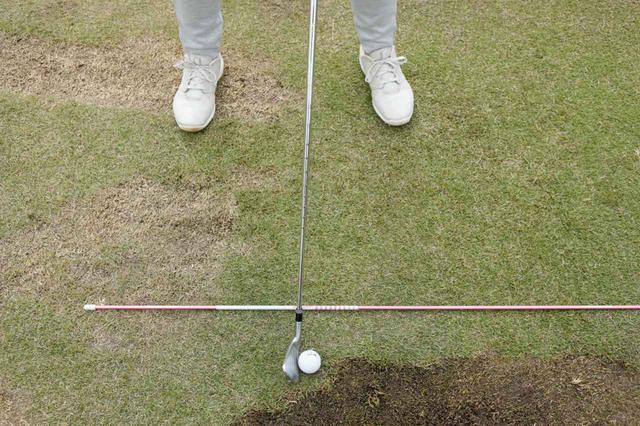 画像: (画像C)見ての通り、大西はボールの手前、かなりボール寄りのところにスティックを置いている