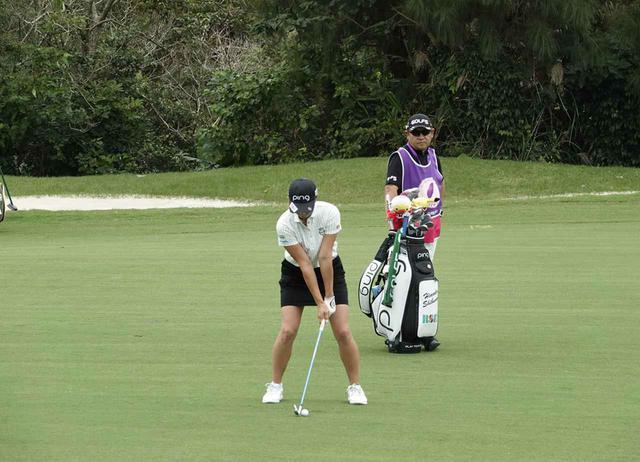 画像: 1番目の画像 - 渋野日向子、台湾2日目のアイアン連続写真(正面) - みんなのゴルフダイジェスト