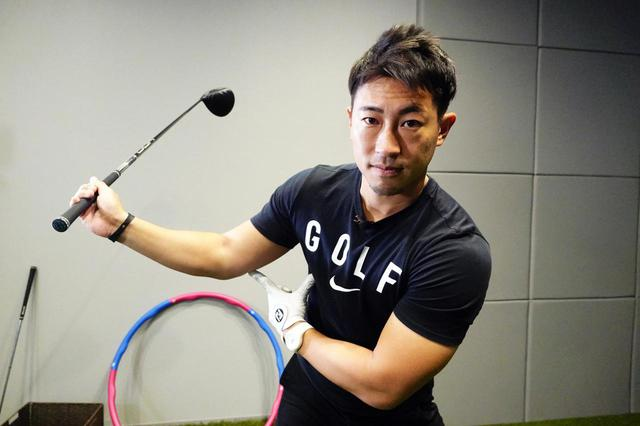 """画像: 手元と体の距離を遠くにキープすることがジョージ・ガンカス・ゴルフにおける理想的な""""シャローイング""""につながる"""