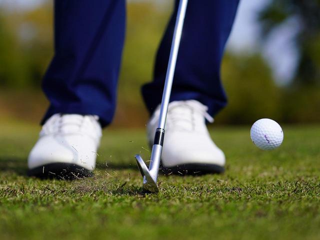 画像: ショートアイアンを小さい振り幅で打ち、ボールを転がして寄せる「ランニングアプローチ」(撮影/内田真樹)
