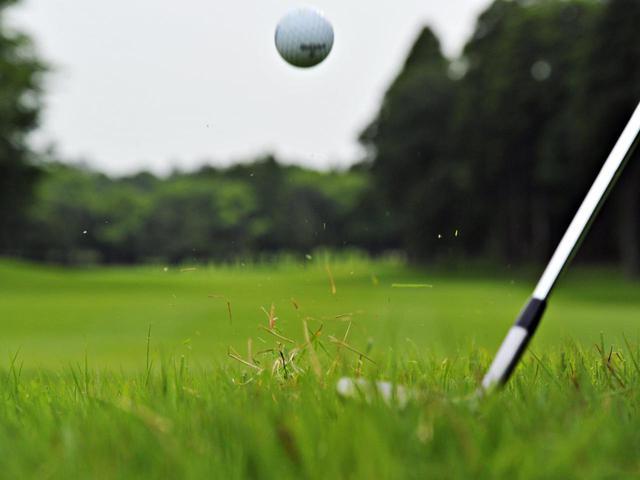 画像: ウェッジのフェースを開いて構え、ボールを高く上げて寄せる「ロブショット」(撮影/増田保雄)