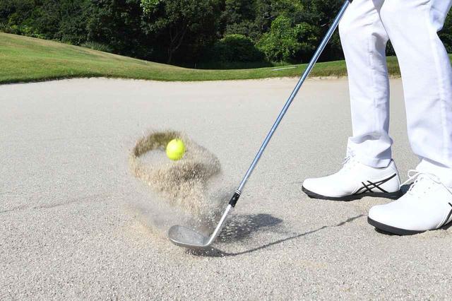 画像: バンカーショットはボールを砂ごと飛ばす必要がある。それにはサンドウェッジが一番やりやすい