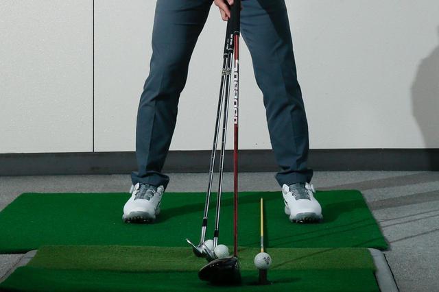画像: クラブの長さによって、ボールとの距離、ボール位置も変わる。7番アイアンを基準に、それより長いクラブは左足寄りで遠めに、短いクラブは右足寄りで近めになる