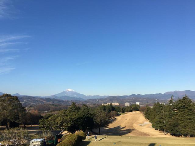 画像: 平塚富士見カントリークラブの平塚コース18番ホールのティイングエリアからも富士山を一望できる