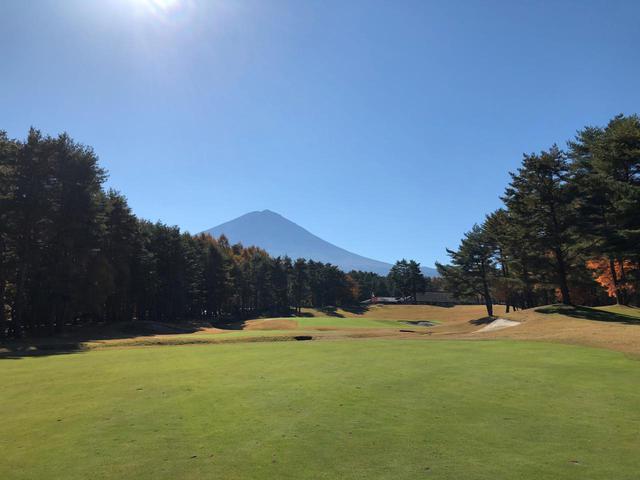 画像: 富士桜カントリークラブの18番ホールからみえる富士山もまた絶景だ