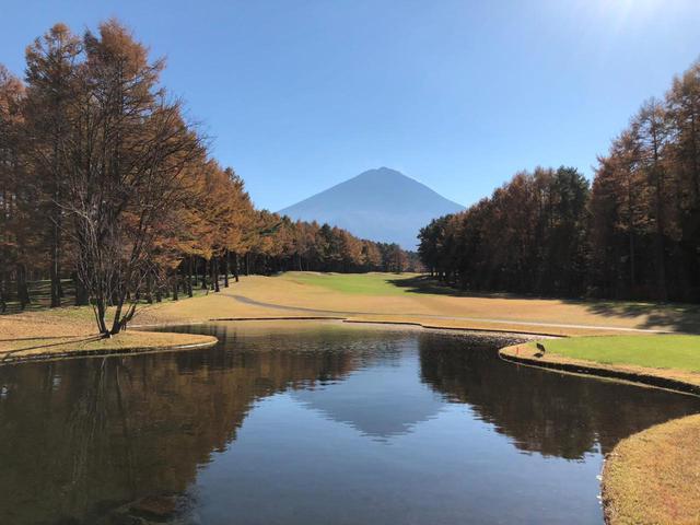 画像: 富士桜カントリークラブの6番ホールのティイングエリア付近の池に映る逆さ富士