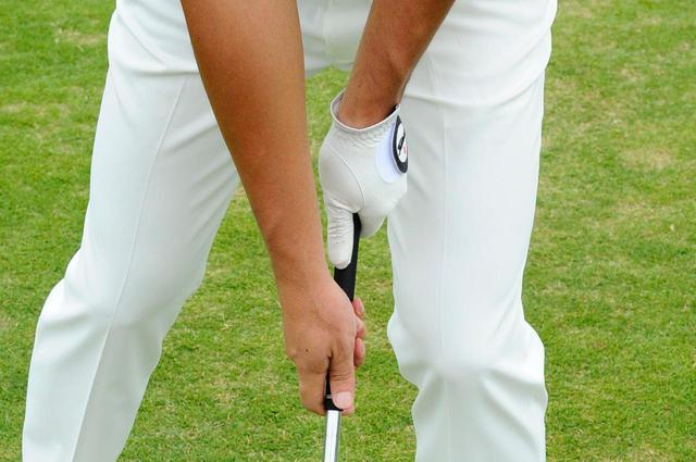 画像: 左手は通常の位置、右手はグリップのギリギリを離して握るのがスプリットハンドドリルだ