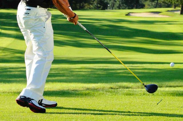 画像: ターゲットラインより右に出たボールが空中で左に曲がるボールを、ドローボールと呼ぶ