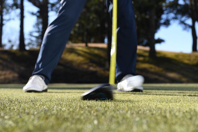 画像: スウィングして球を打つことを「ストローク」という(撮影/ 渡部義一)