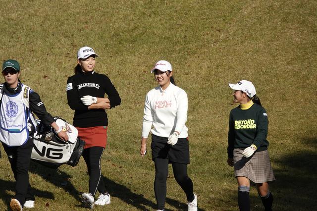 画像: アマチュアで高校一年生の吉澤柚月(中)と六車日那乃(右)と同組でプレー