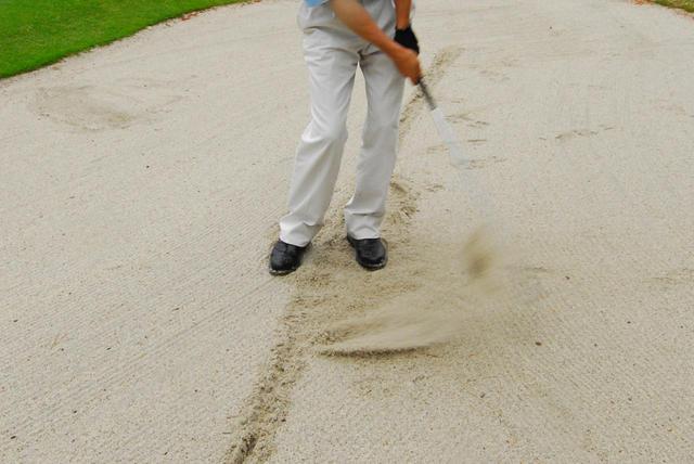 画像: バンカーに線を引き、砂を打つ練習は有効な練習法だ