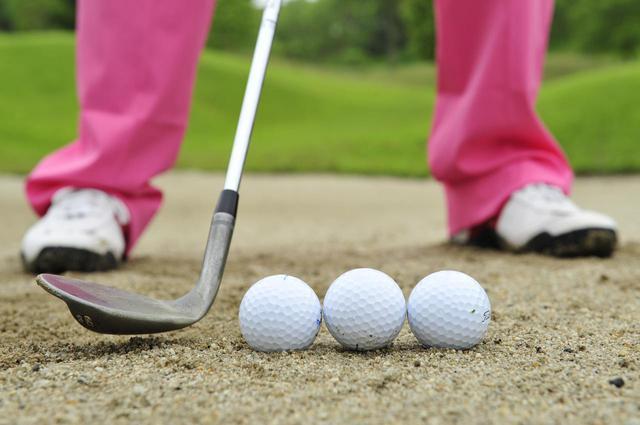 画像: ボールの前後1個分ずつくらいの幅の砂ごと、ボールを飛ばすイメージだ