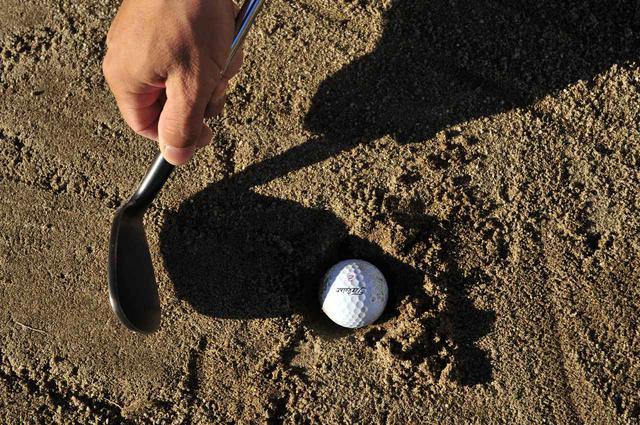 画像: ボールが地面に突き刺さった「目玉」状態のときは、埋まったボールの下まで深く入れるためフェースを閉じる(左に向ける)と脱出させやすい