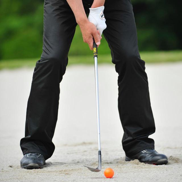 画像: ボールは体の中心より左足寄り。クラブを短く持ち、手元は体の中心から右寄りに構えたら、あとは普通に打っていこう