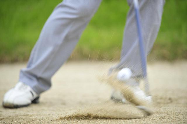 画像: バンカーショットの本質は「砂ごとボールを飛ばす」ことにある