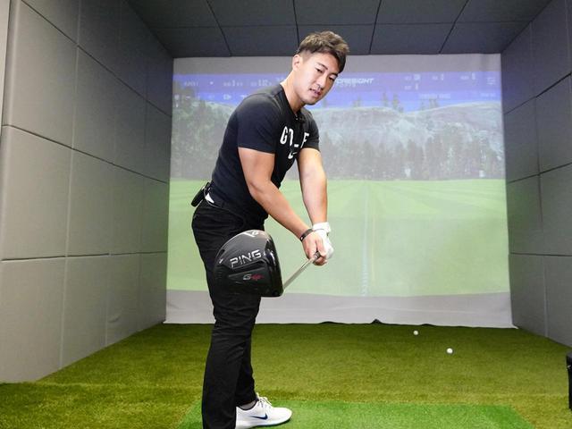画像: フェースが開いていると、手や腕でローテーションを行わなず体の回転で振る「ジョージ・ガンカス・ゴルフ」ではミスにつながってしまう