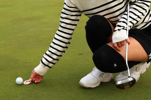画像: ボールの後ろに置いてボール位置の目印にするのがゴルフマーカーの役割(撮影/大澤進二)