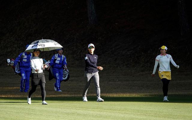画像: この試合を最後に一線を退く一ノ瀬優希(左)と昨年優勝の勝みなみ(右)と同組になった渋野日向子(中)