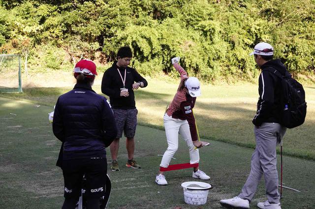 画像: 今週から帯同する斉藤大介トレーナーとホールアウト後の練習場で軽くトレーニング