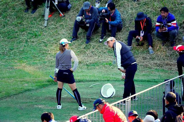 画像: 終了後の練習場で青木コーチとスウィングを調整した