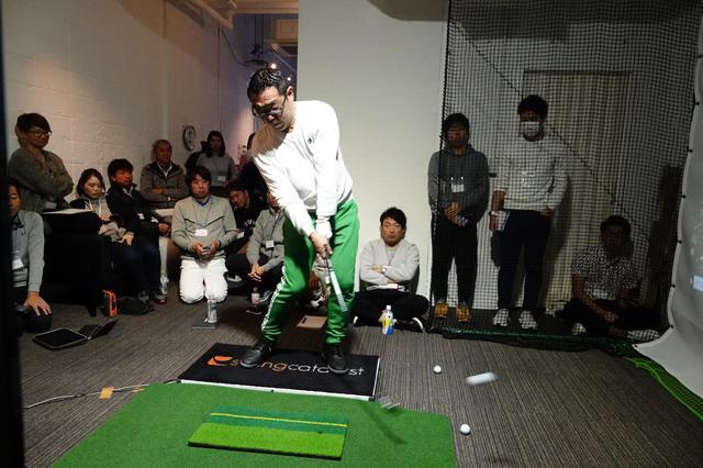 画像: 足裏にかかる三つ力を計測する「スイングカタリスト」を使ったプロ向けのセミナーが開催された