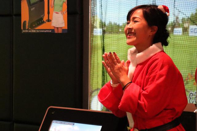 画像: レッスンを受けた女性がナイスショットをしたあと、青木は拍手をしながら喜んでいた