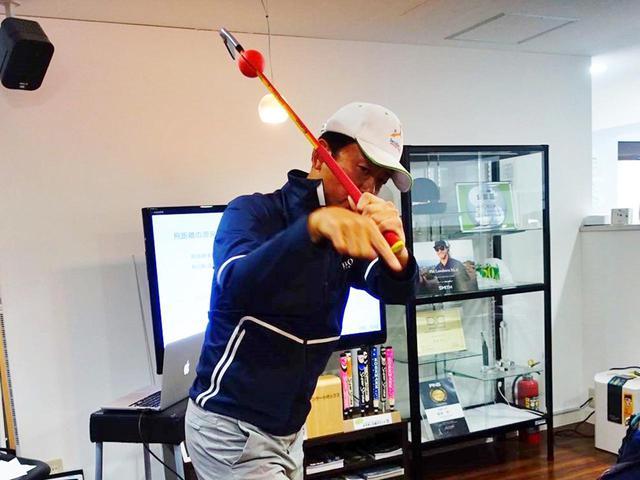 画像: 偏重心であるゴルフクラブという道具をいかにコントロールするかがスウィングにおいて重要だとタスクプロ