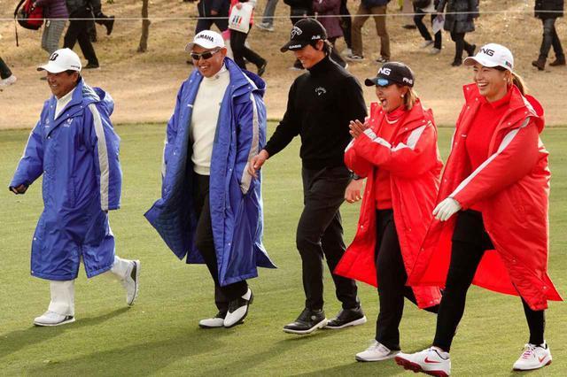 画像: 歩きながら雑談を楽しんでいる様子もみられた(写真左から倉本昌弘、谷口徹、石川遼、鈴木愛、渋野日向子)
