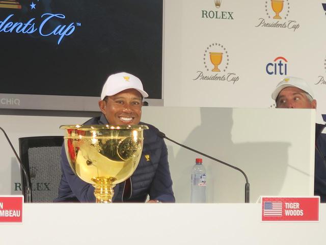 画像: 自身も大活躍して米国チームを優勝に導き、タイガーもこの笑顔