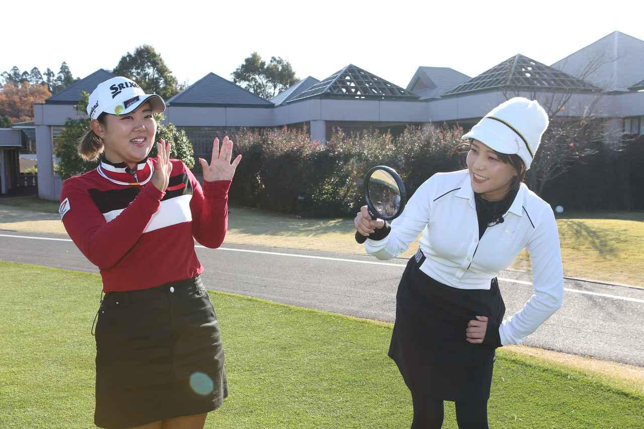 画像: 秋山真凜(右)の質問攻めに遭う淺井咲希(左)。すべての質問に分かりやすく丁寧に答えてくれた