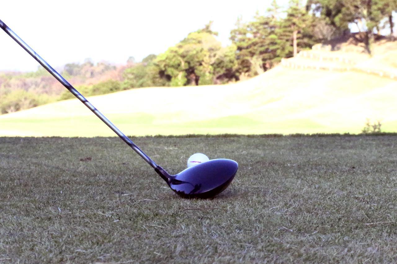画像: 後方から見た淺井咲希のティショットのアドレス。ボールがドライバーのヘッドから3分の2程上に出ている