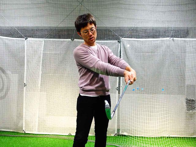 画像: インパクトでは左手の甲が掌屈(手の平側に折れる)することでロフトが立ちハンドファーストでボールをとらえることができる