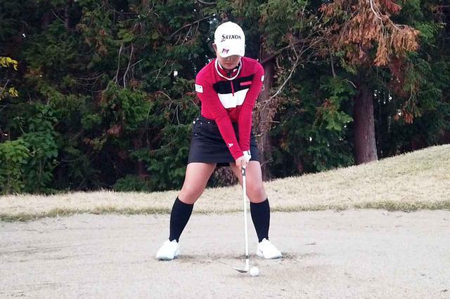 画像: 淺井咲希のピンまで15~20ヤードのアゴ高バンカーからのアプローチのアドレス。体重配分はほぼ5:5。クラブを短く握り、フェースはしっかり開いている