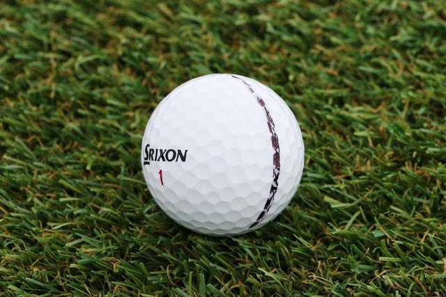 画像: ボールに専用グッズでぐるっと線を引くだけで安定した転がりが可視化できる。ちなみにこれはタイガー使用球とは異なるボールです