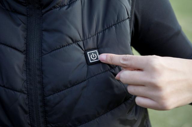 """画像: モバイルバッテリーを接続して左胸にあるスイッチを押すと内蔵のヒーターが作動して1分以内に暖かくなるという""""電熱ベスト""""。果たしてゴルフで使えるか?"""