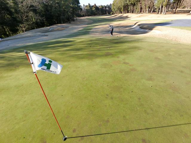画像: グリーンが凍結状態のままでプレーすることもある冬ゴルフでは、よりスパイクの跡などで凹凸を作らないように気を配る必要がある