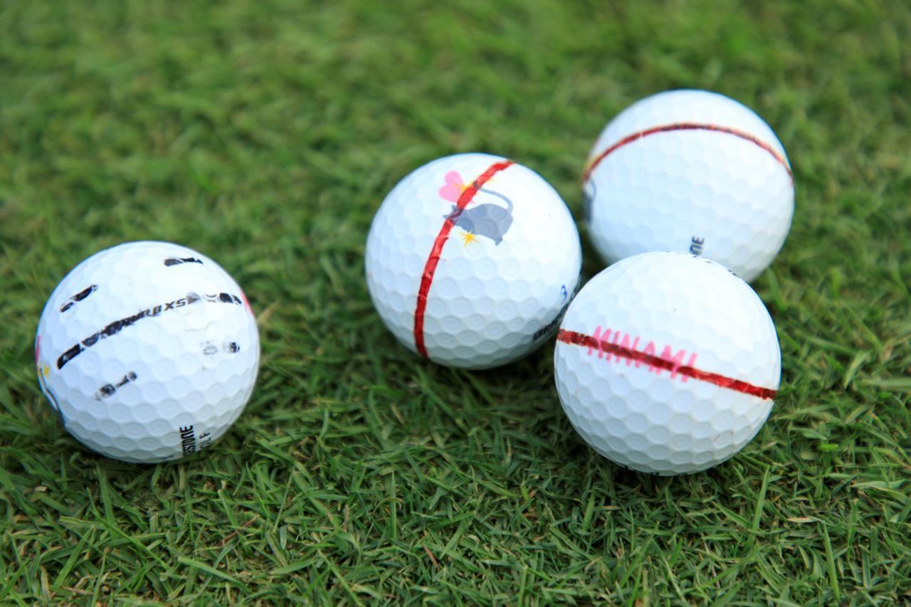 画像: 蛭田みな美はボールに線を書き、ターゲットに対して真っすぐ合わせているという。写真左が試合で使うボール、そして右の3つは転がりを確認するための練習用ボールなのだとか(撮影/小林司)