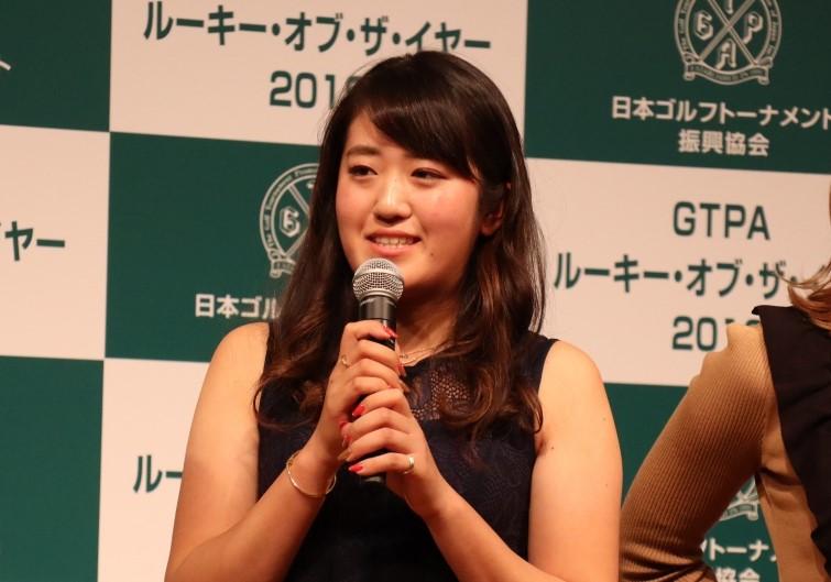 画像: LPGAに続き、GTPA(日本ゴルフトーナメント振興協会)での「新人賞」に輝いた稲見。普段はおしとやかなお年頃の女性も、ひとたびコースに足を踏み入れると豹変⁉する