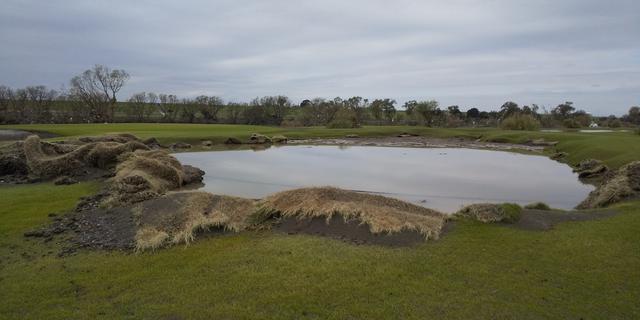 画像: 台風被災直後の5番グリーン。グリーンごと流され、川の水だけが堆積した湖のような状態……