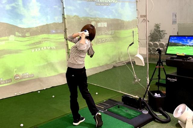 画像: GOLFZONのゴルフシュミレーションマシーンのシステムカード1枚で、同スクールの会員はスタッフ不在時でも自主練習に励めるようになったという