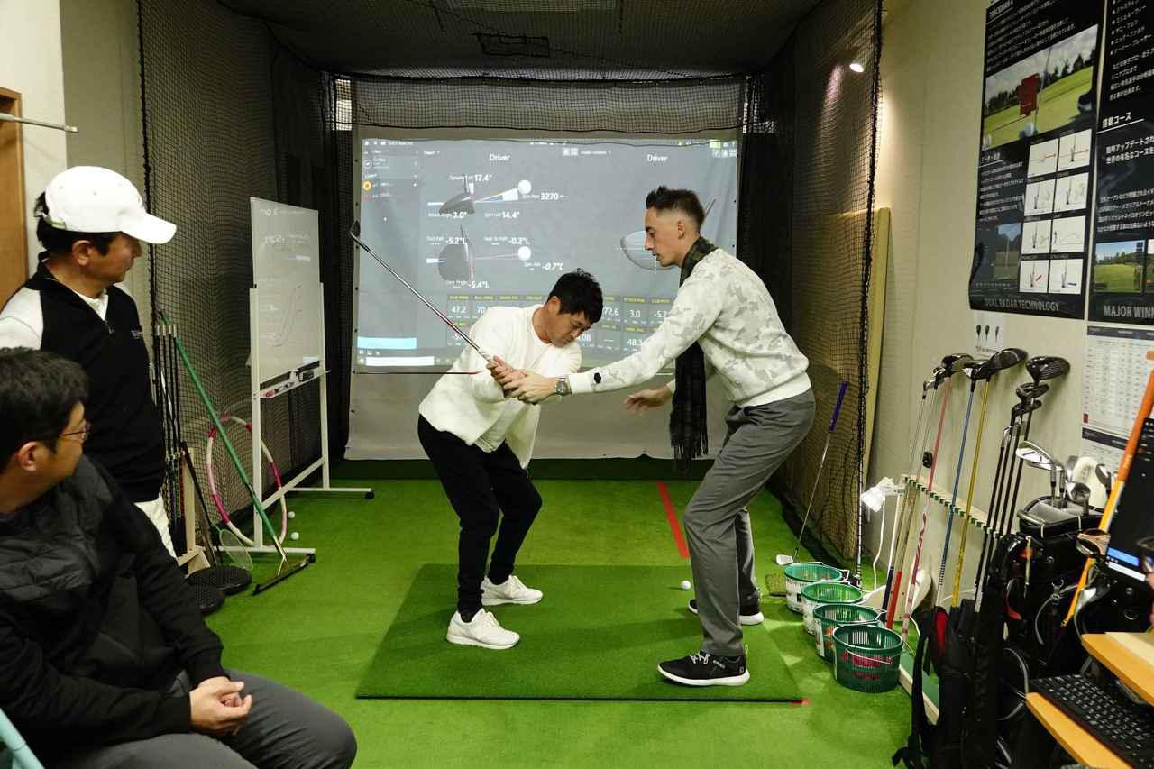 画像: キウイコーチにシャローイングのレクチャーを受ける横田真一