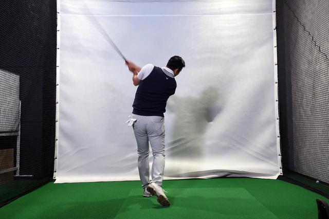 画像: スティックをマン振りするジョニ―。さすがのスウィングスピードを見せる