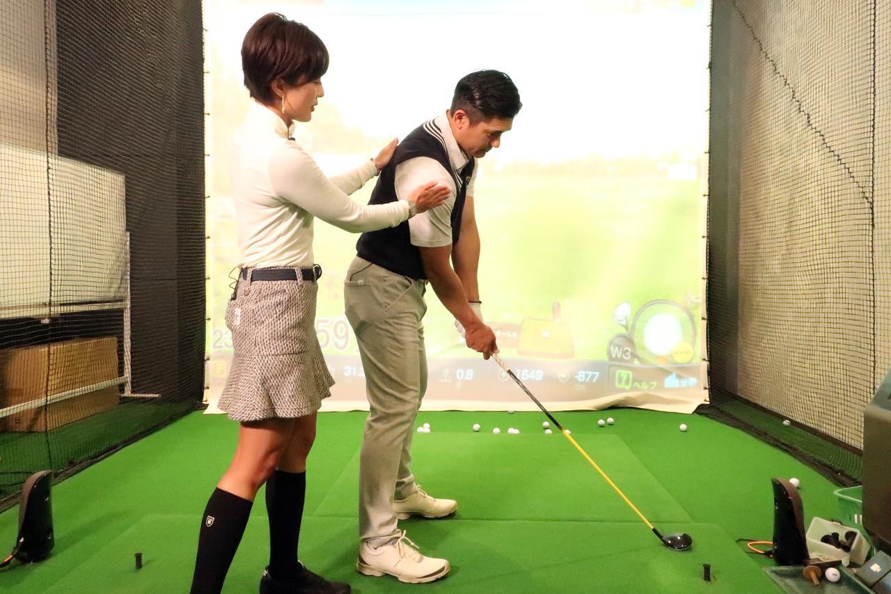 画像: 右肩を少し後ろに下げてアドレスすることでドローが打ちやすいセットアップになる