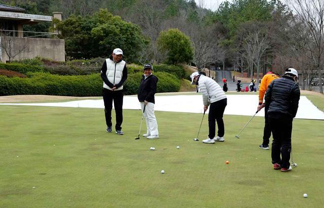 画像: 9か所から7球入れるまで終われない練習法を取り入れるジュニアゴルフファー