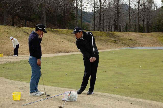 画像: アプローチを熱心に練習する上野麟欧君を指導する青木翔コーチ