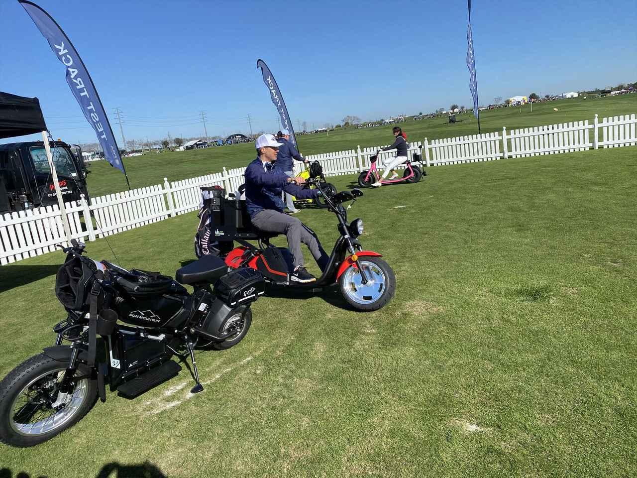画像: こちらはバイクの後ろにキャディバッグを積めるタイプ。自由ですねぇ